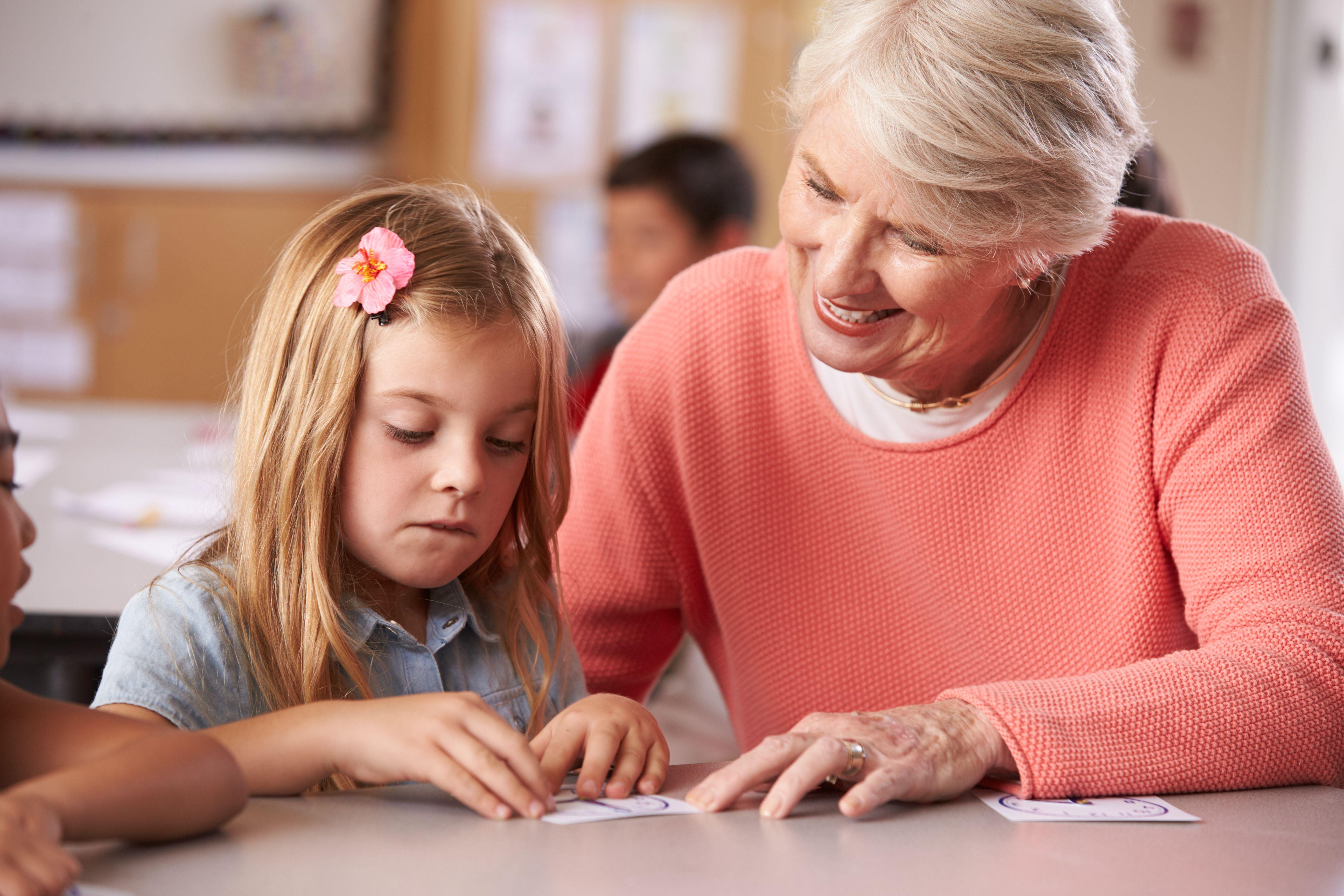 Enseignante à la retraite qui joue avec les mots avec une petite fille